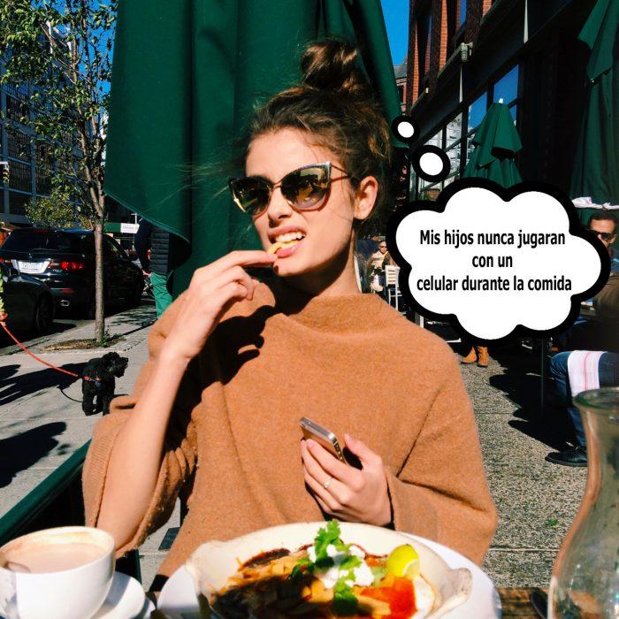 Chica en un restaurante comiendo