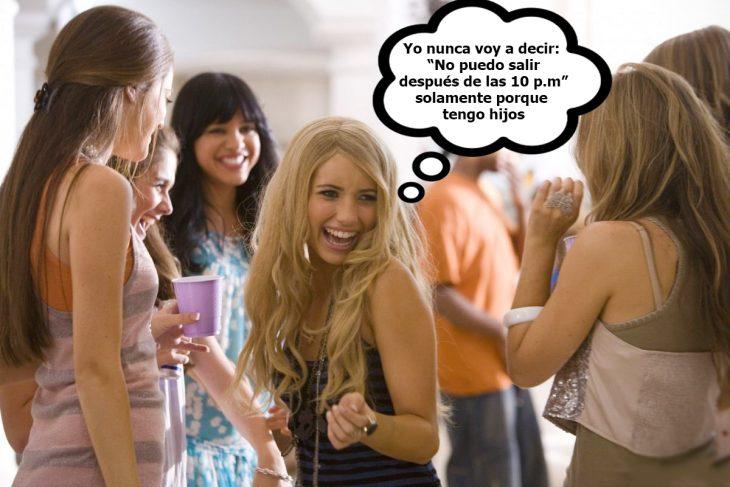 Escena de la película megapetarda chica bailando en una fiesta