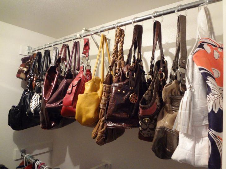 bolsas en closet colgadas en ganchos de regadera