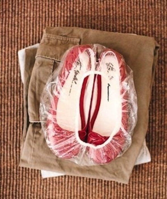 zapatos empacados en bolsa de plástico para cabello