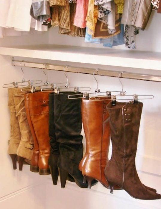 botas colgadas en gancho de pantalón