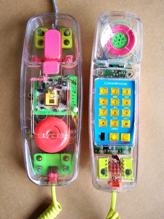 teléfono transparente con neón 80s