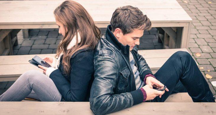 Pareja de novios escribiendo en celular