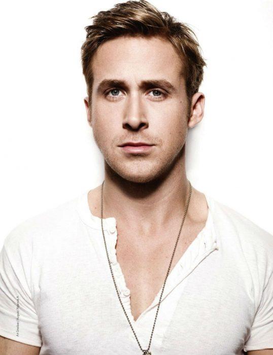 Ryan Gosling posando de blanco