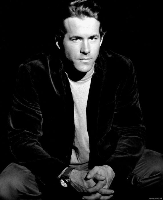 Ryan Reynolds blanco y negro posando serio