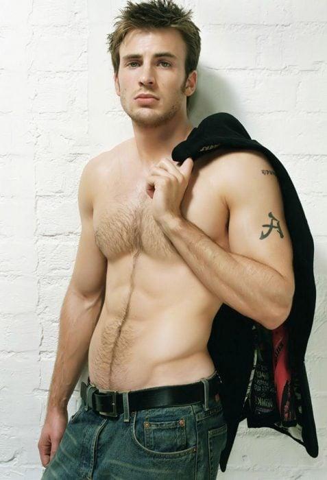 Chris Evans posando sin camisa