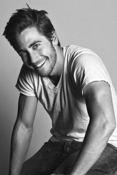 Jake Gyllenhaal blanco y negro sonriendo