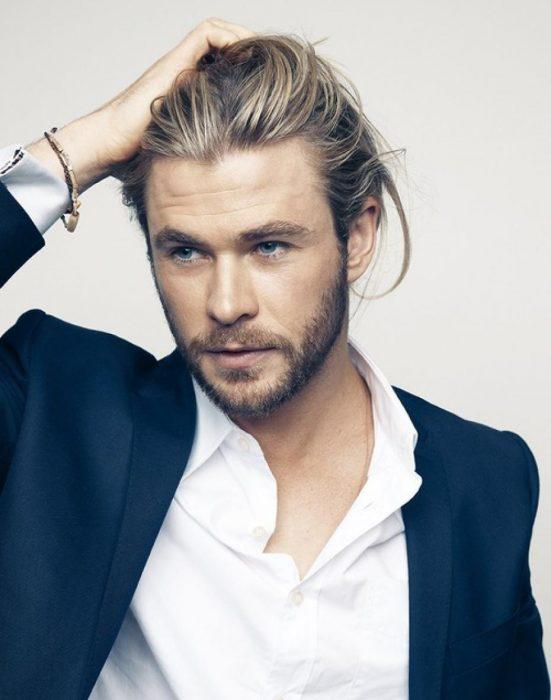 Chris Hemsworth modelando tocando su cabeza