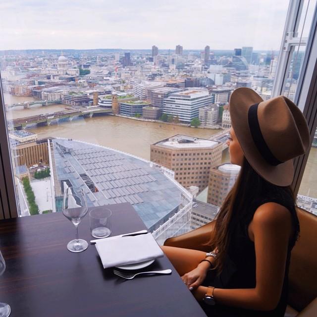 Chica viendo por la ventana mientras está en un restaurante