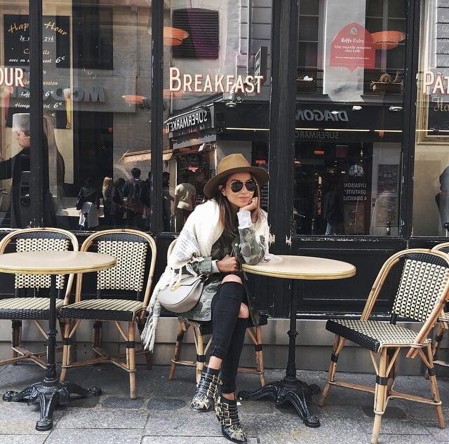 Chica sentada mientras toma un café