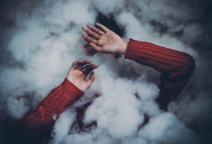 chica detrás de cortina de humo