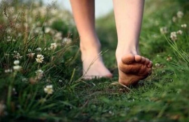 foto pies descalzos sobre pasto