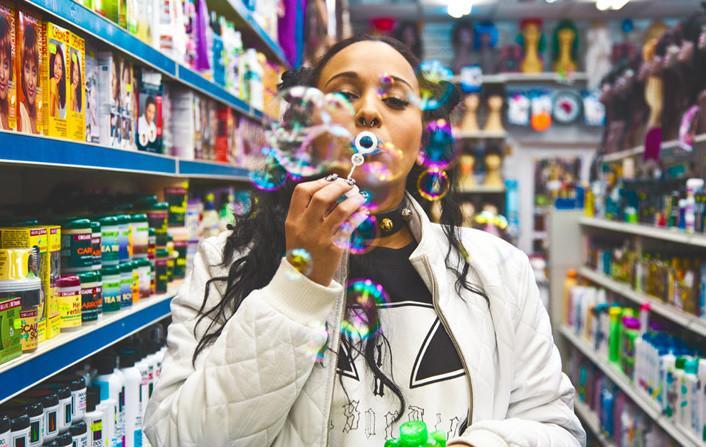chica haciendo burbujas de jabón