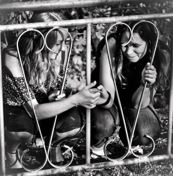 chicas platicando frente a una reja