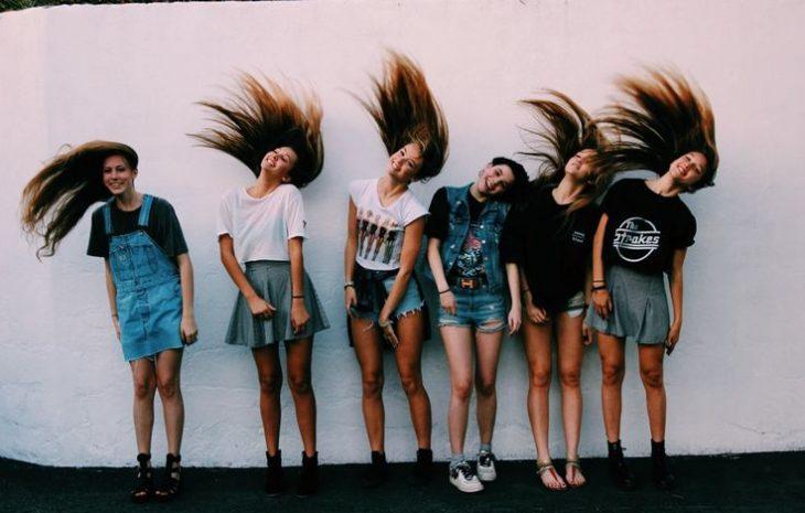 geupo de chicas moviendo el cabello