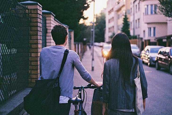 chicos caminando por la calle