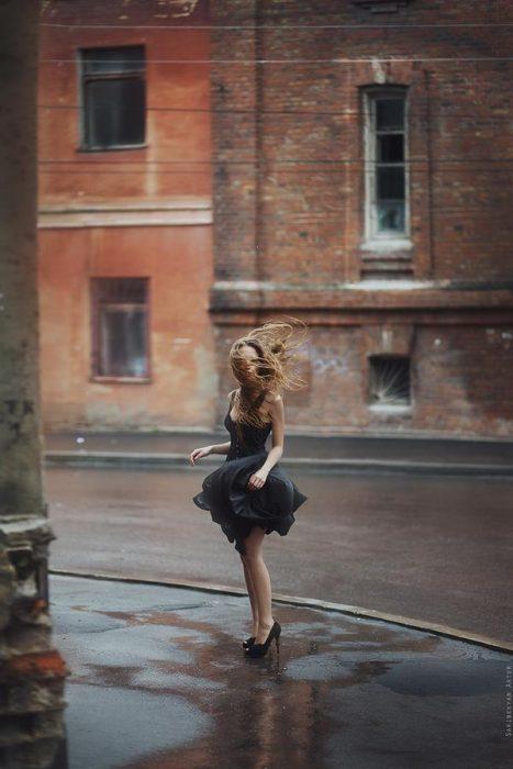 chica parada en esquina con vestido