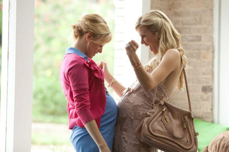 Escena de la película que esperar cuando estás esperando chicas juntando sus panzas de embarazada