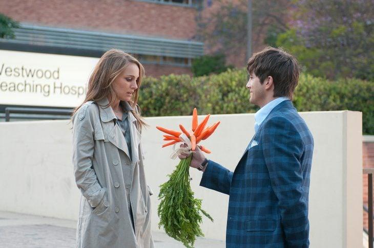 Escena de la película No Strings Attached chico regalando zanahorias a una chica