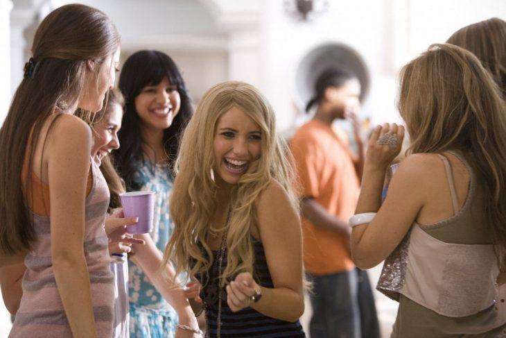 Escena de la película megapetarda chicas en una fiesta