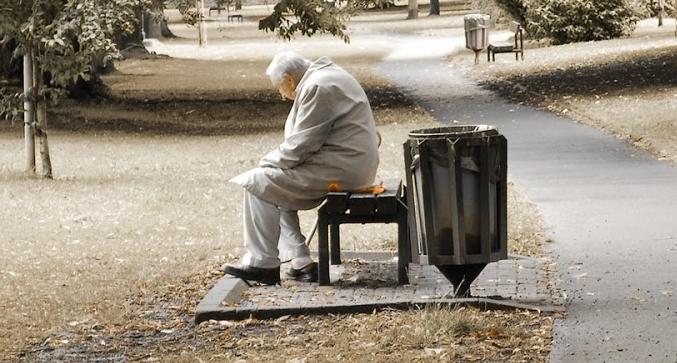 hombre mayor sentado en una banca