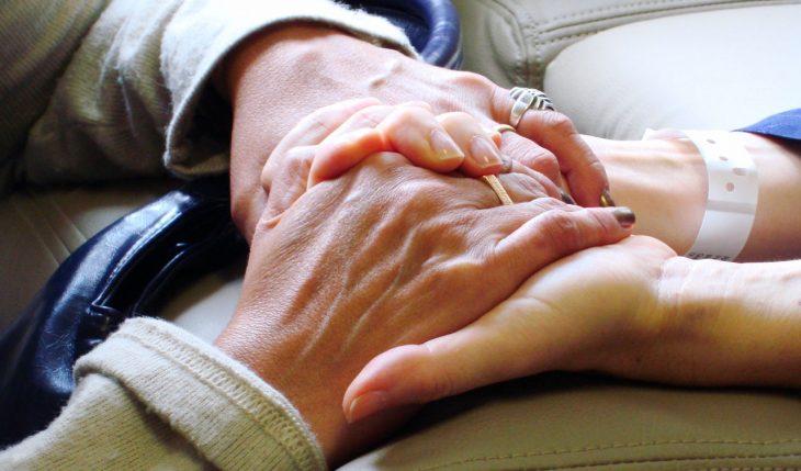 manos entrelazadas en hospital