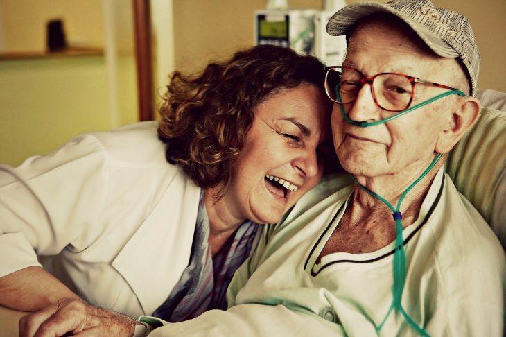 paciente de hospital edad avanzada y doctora riendo