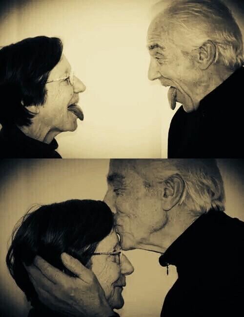 pareja edad avanzada riendo y sacando la lengua