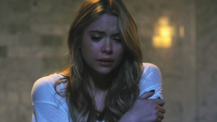 Escena de la serie pretty little liars hanna llorando