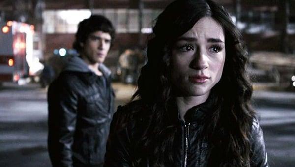 Chica llorando mientra abandona a su novio