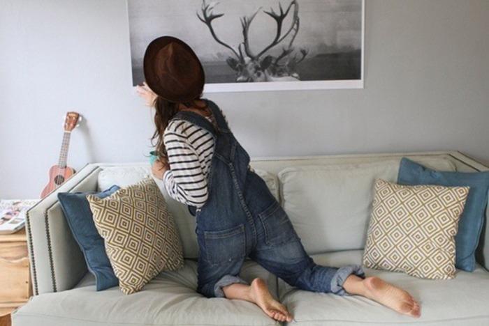 chica acomodando muebles en casa