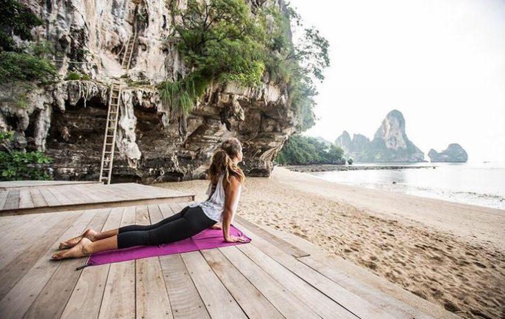chica hace yoga en la playa