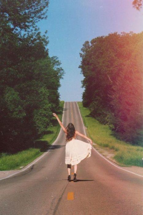 chica en medio del camino