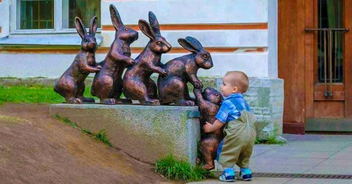 20 Tiernas fotografías que muestran la ingenuidad de los niños cuando ven una estatua
