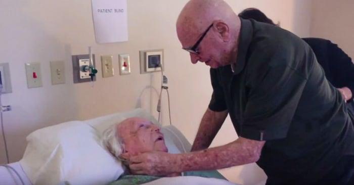 Este hombre de 92 años de edad le cantó una canción de amor a su esposa durante su lecho de muerte