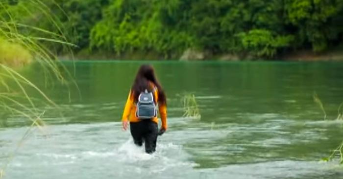 Esta maestra recorre un trayecto de 2 horas y cruza 5 ríos cada día sólo para llegar a dar clases