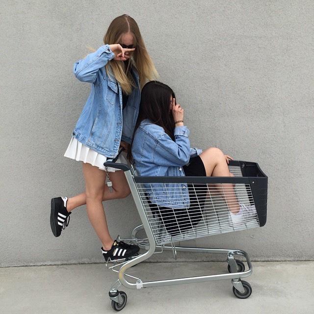 amigas en carrito de supermercado