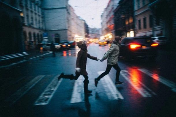chicos cruzando la calle tomados de la mano