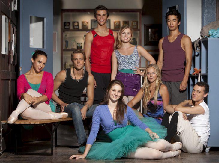 Bailarines de la serie dance academy sentados en el suelo