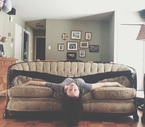 Chica en el sofá estirando los pies