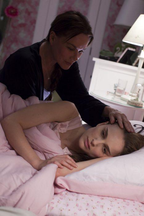 Escena de la película el cisne negro chica recostada en la cama