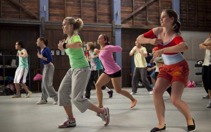 Escena de la serie dance academy chicas bailando