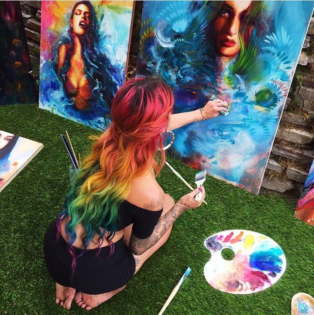 Chica pintando un cuadro a colores