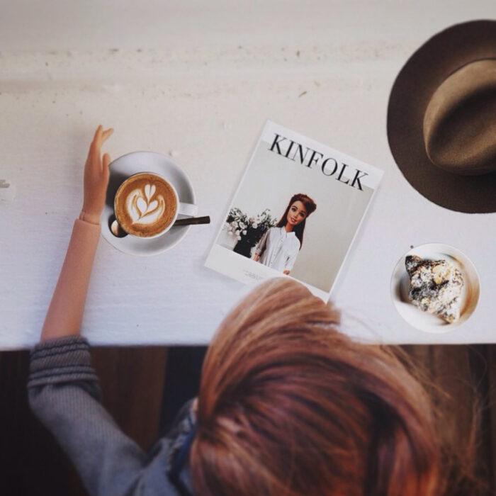 Fotografías de Barbie hipster tomando café y leyendo un libro