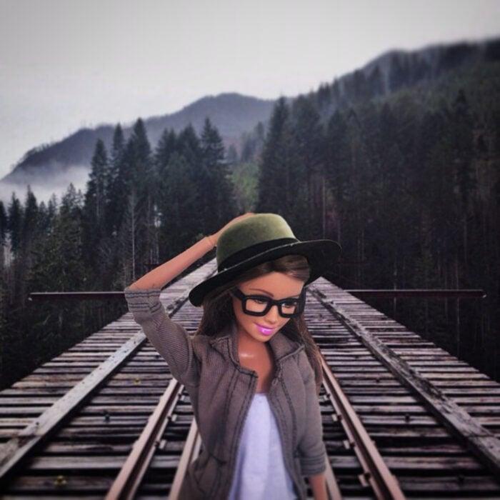 Fotografías de Barbie hipster en las montañas