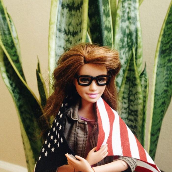 Fotografías de Barbie hipster con lentes y la bandera de Estados Unidos