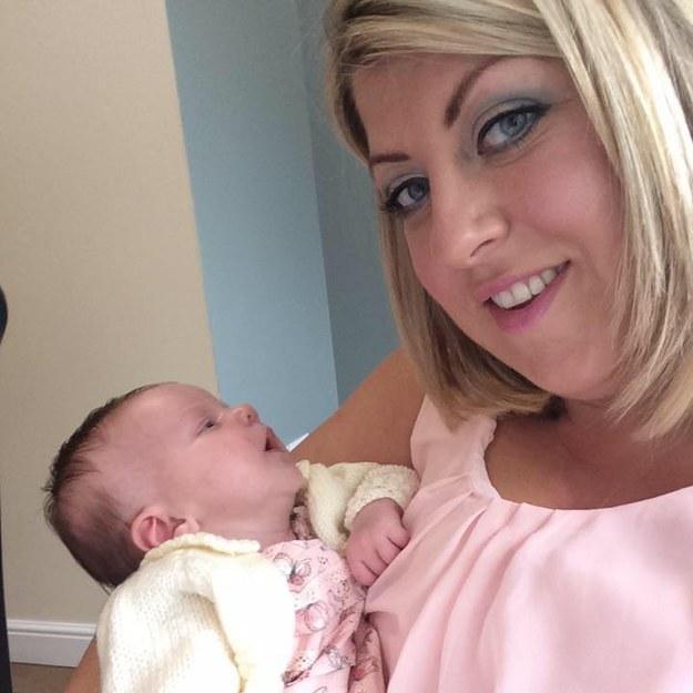 Madre junto a su bebé que se contagio de herpes