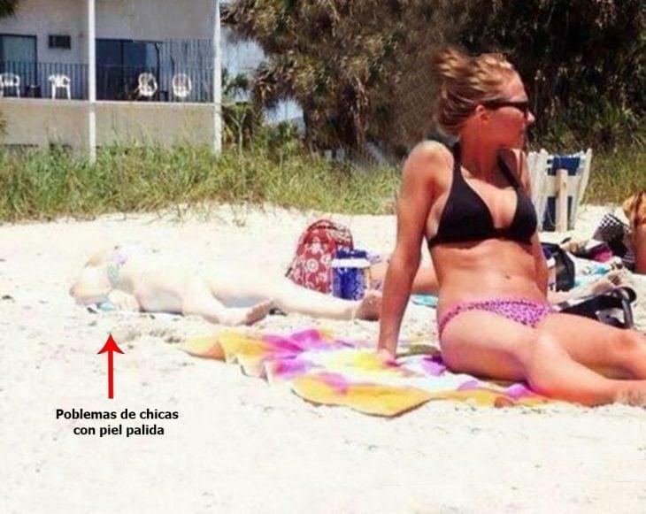 Chica de piel pálida bronceándose en la playa
