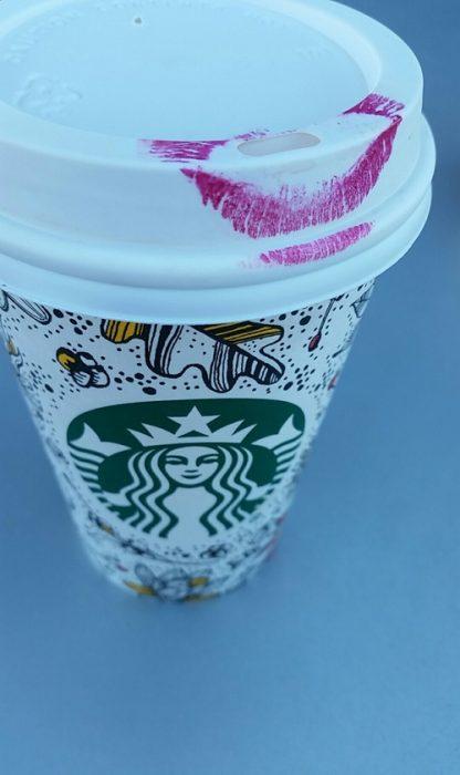 Vaso de Starbucks con labial en la tapa