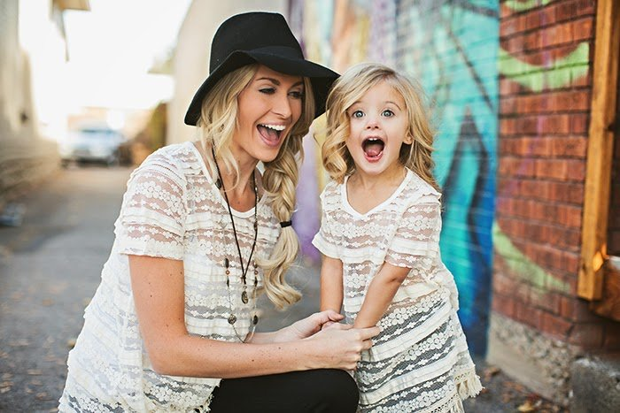 Mamá y niña pequeña sonriendo